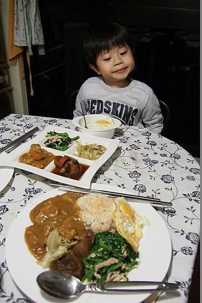 2012.12.27-這天的晚餐除了昨晚的咖哩外,還加了媽咪精心烹調的青菜及魯肉