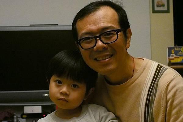 2012.12.27-跟爸比合照,一整個無奈...是吃太飽有些恍惚啦