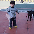 2012.12.29-在休息站看到一隻黏人的小黑狗....他想吃我袋子裡的東西~