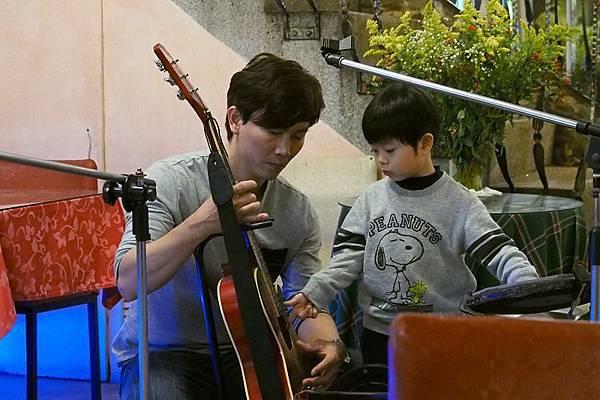 2012.12.29-為了跟我搏感情,小舅舅刻意過來教我認識樂器...