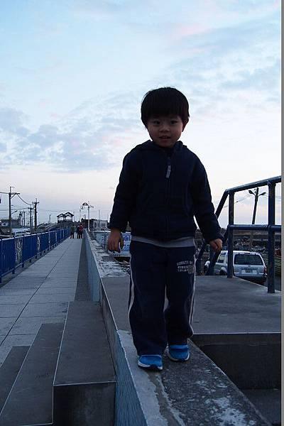 2012.12.29-媽咪小時候的夢想是爬上這防波堤;而我則是爬上這防波堤的.....圍牆