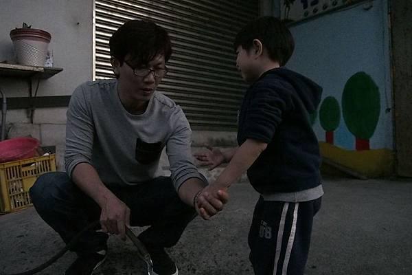 2012.12.29-貼心的小舅舅看我玩得手髒到不行,還幫我洗手手...