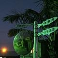 2012.12.29-天暗了下來,巷子口的路標指引著像觀光客的我們走向停車處...