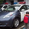 2012.12.30-行經一警察局,車子都開過去了,爸比突然又折返....因為看到我感興趣的NISSAN LEAF(是台灣沒有販售的電動車喔~)