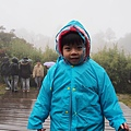 2012.12.30-出了車子走去天池....因為實在太冷了,所以包得像粽子一樣~(腫到雨衣都扣不起來了呢~~)