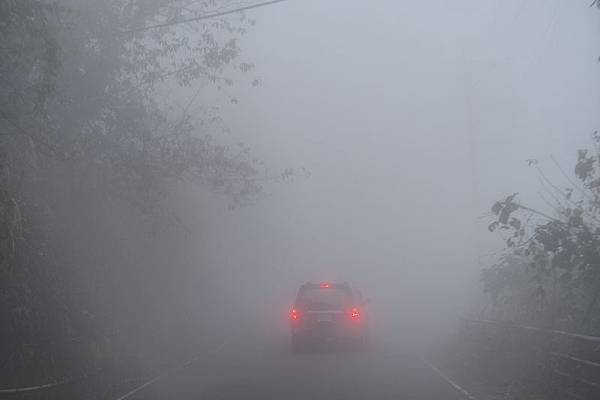 2012.12.30-回程路上不只飄雨,還起了大霧...整片白茫茫的,使得開車的爸比更謹慎了(好在前頭有姑婆他們的車當前導...)