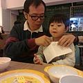 2013.01.01-我是小紳士,吃飯前會圍餐巾..