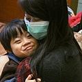 2013.01.02-我感冒了...卻是懷孕的媽咪戴口罩~(媽咪心疼的抱抱,我卻一整個不以為然貌~)