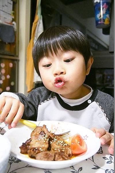 2013.01.14-「小子這肉片裡有沒有夾帶著媽咪手指頭的肉香?!」