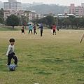 2013.02.03-因為媽咪說晚點太熱了...要踢球就要趁早晨氣溫涼涼的最舒服了~~