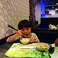 2013.02.05-學習拿筷子....拍照那剎那間看來一切是美好的~~