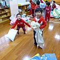 2013.02.07-過年前學校要我們穿紅色喜氣衣服到校....這張是午睡起來大家一起玩著枕頭大戰