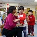2013.02.07-過新年學校有個既定的禮儀活動,就是跟師長拜年說吉祥話,然後領糖果擁抱彼此....