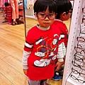 2013.02.08-相信每個小朋友都跟我一樣,到UNIQLO一定會去試戴他們家的眼鏡...