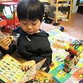 2013.02.10-又到了吃點心玩玩具時間....今天配的是TOMICA的書本~