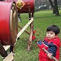 2013.02.12-咚咚咚...戶外草地上應景的擺放了幾組鼓供遊客玩耍