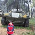 2013.02.12-爸比興奮地說:有坦克車耶.....我則呵欠連連的被迫到前頭拍張照~