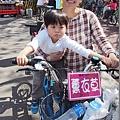 2013.02.13-除了腳踏車很多之外,攤販量更是多到嚇人~~(媽咪說還是台東的關山自行車道悠閒)