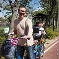 2013.02.13-爸比就是騎上這輛腳踏車載著四個人.....他自己、我、還有媽咪及肚子裡的弟弟~