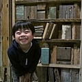 2013.02.13-在木頭造景假書堆前來張書卷氣多一點的照片