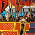 2013.02.14-外頭人是不多啦~但遊樂設施可都是人....光是簡單的小小熱氣球,就讓人排了好久~