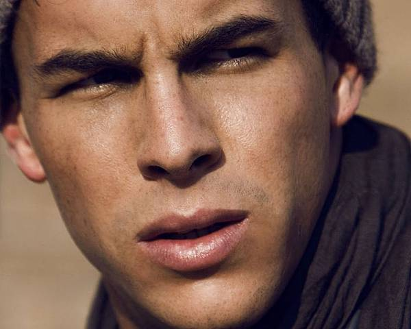 mario_casas_face_hat_scarf_squint_close-up_squinting_57613_1280x1024.jpg