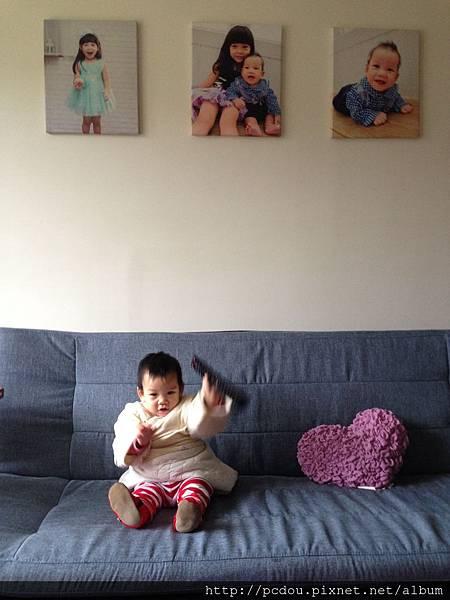 新家客廳有馬米得意的無框畫