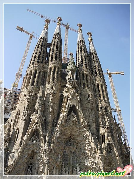 正面四座高塔,代表耶穌12門徒的其中四位(總共有三個門,各有四座塔),中間那座表示生命之樹
