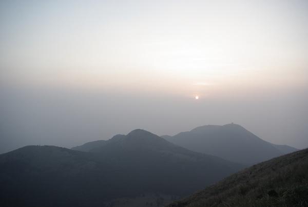 可惜今天霧大,要不紅紅的太陽下山會更美.JPG