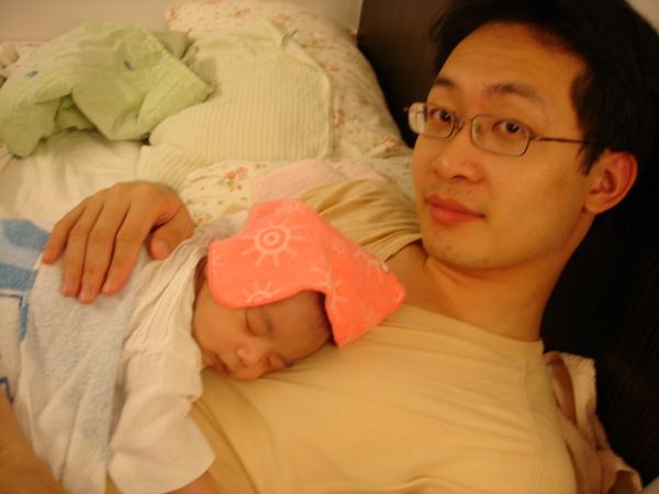 爸比的胸膛真好睡