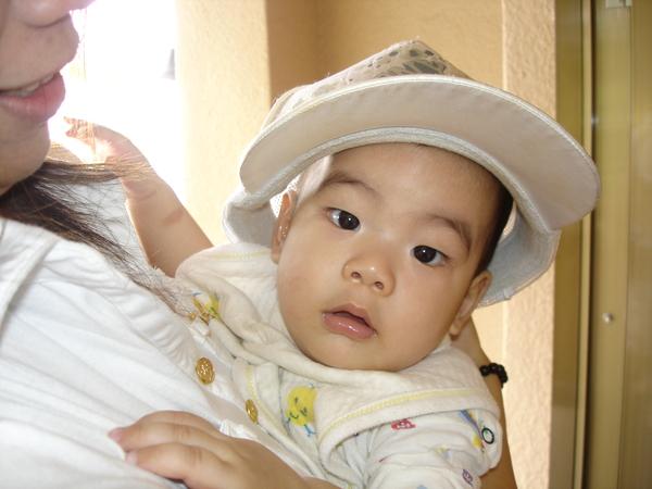 阿姨妳帽子太大了啦!