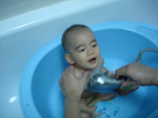 爸比,洗澡好舒服喔!