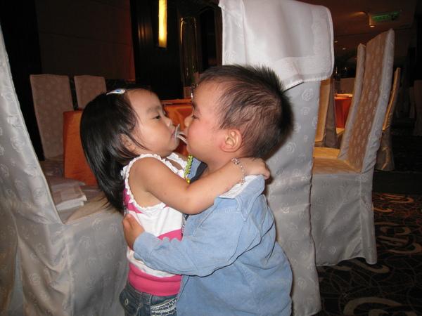 醉漢搶吻少女