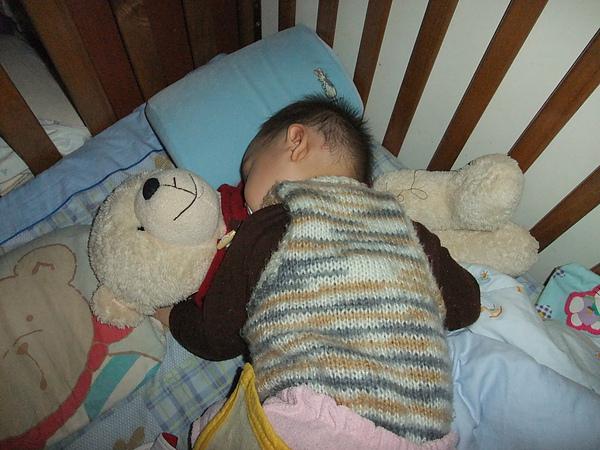 睡在寶寶熊身上(11m23d)