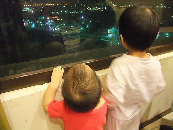 兄弟倆一起看夜景(3y4m27d & 1y23d)