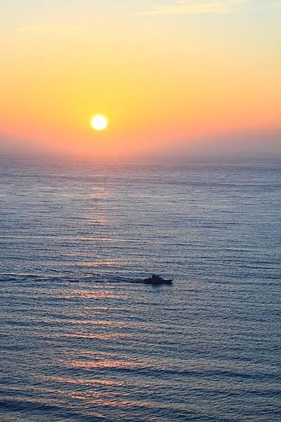 日落與歸航的漁船.JPG