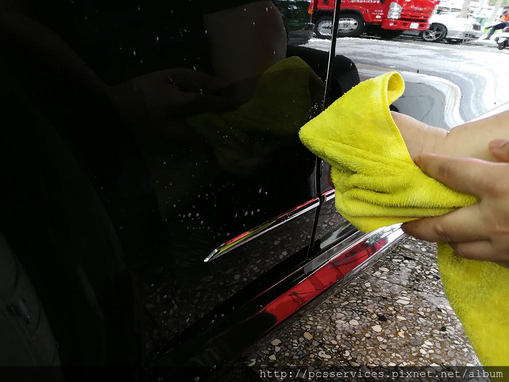 以擦拭方式將柏油或蟲屍擦拭乾淨.jpg