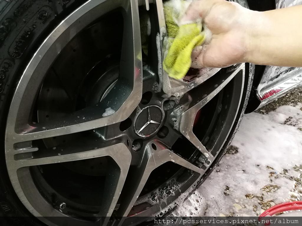 剩下的洗劑清洗鋁圈.jpg