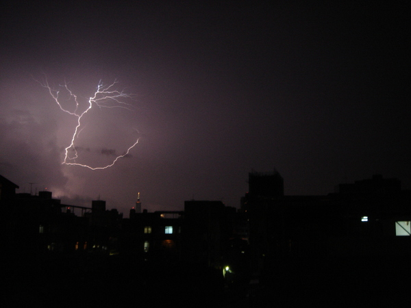 一道閃電劃破天空的邊際