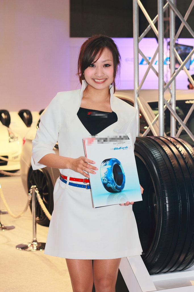 2012-Tokyo-Show-Yokohama-Tire-Booth-Girl-image-2