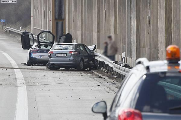BMW-i8-Unfall-Autobahn-Crash-3