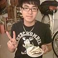 像我妹這個漢子竟然叫壽星載他去領蛋糕這種作為,
