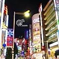 新宿的夜景迷幻得很熱情。