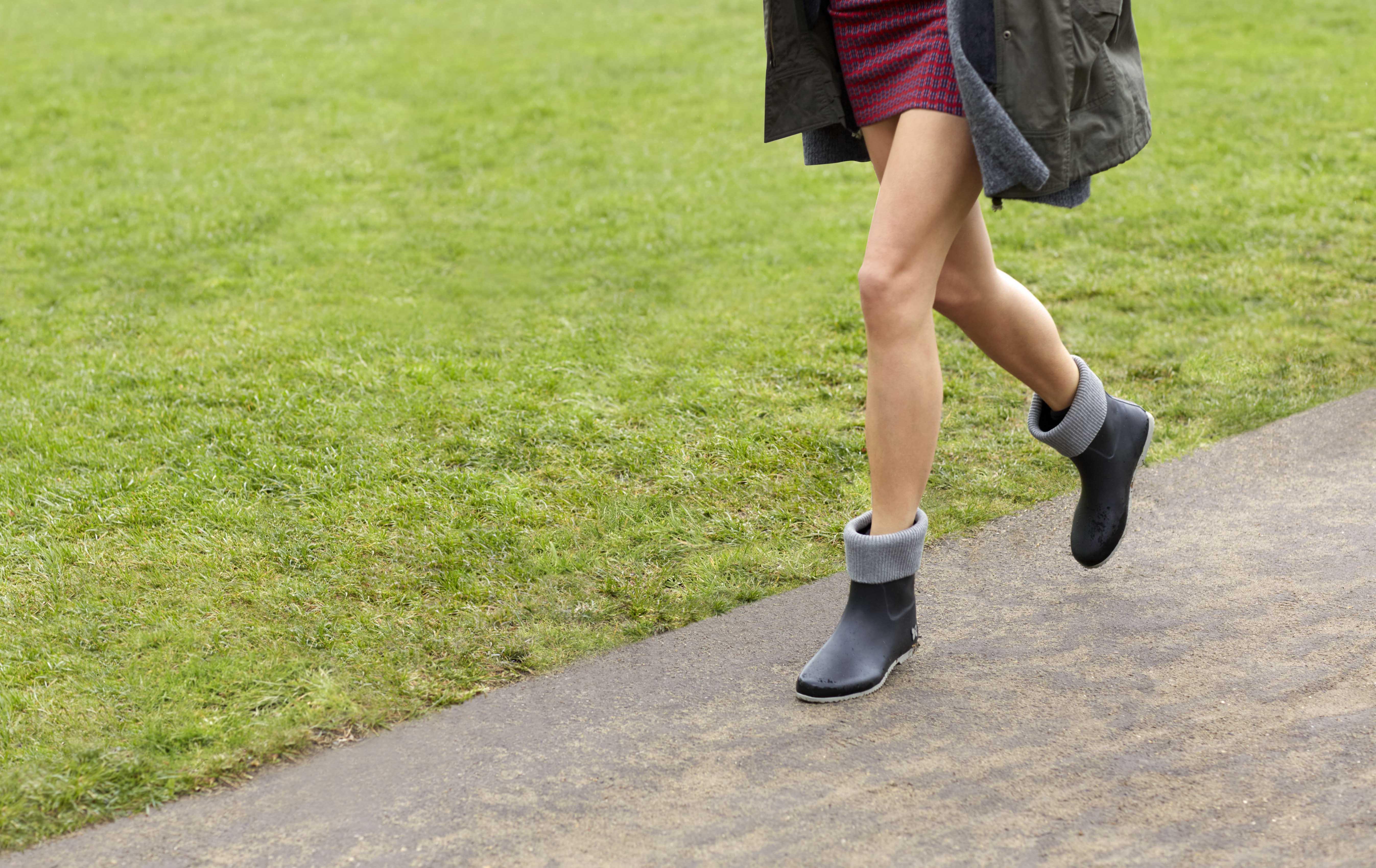 【Butterfly_Twists】Eton 短靴採雙色雙質材混搭。靴口和靴底的色彩相呼應,柔軟又防水鞋面,是雨季最佳選擇。黑灰色  建議售價2450元