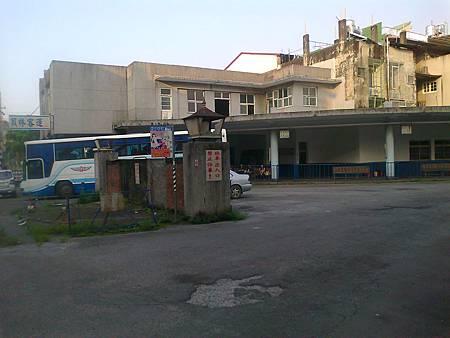 黃昏,最後一班往竹山大鞍的巴士,緩緩駛離員林客運,竹山的一天接近尾聲~