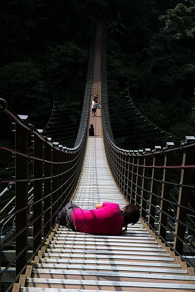 後!走一段路,大概是半小時的路程,來到名聞遐邇的梯子吊橋,不過這對我們並不過癮,我們還要繼續往前尋覓探險、向曠野進攻!