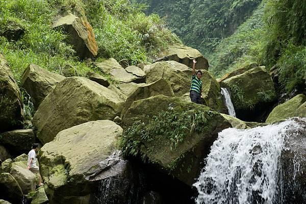 瀑布上的石頭真的很巨大,人顯得好渺小,不過這只是開始喔,後面化石平台的巨石才大得誇張呢!