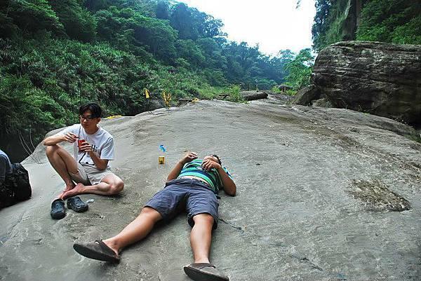 挑戰天梯大滿貫,首先要先克服補給的問題,花了一個早上的時間後,我們就在化石平台上開始用餐,累了,就躺在平台休息,感覺很原始也很舒服!^^(攝影/Barton Wang)