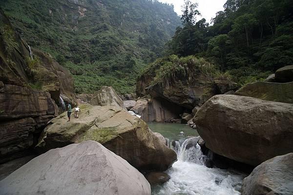 酒足飯飽後,我們朝著附近的巨石聚落及水源之處,繼續像前探索