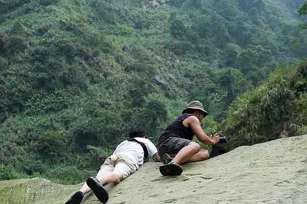我們在化石平台觀測神秘的深潭,為什麼我們趴著趴呢?因為巨石的爬面斜度與磨擦力指數,只能讓我們趴在上面,若是站著會有滑落的風險